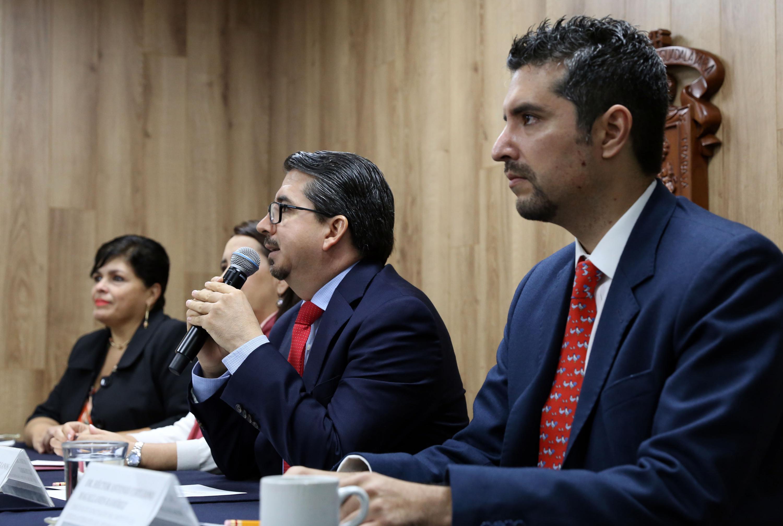 Rector del CUCEA, maestro José Alberto Castellanos Gutiérrez, haciendo uso de la palabra durante rueda de prensa