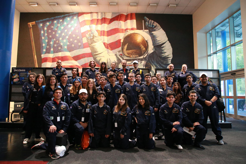 Fotografía grupal de los estudiantes que participaron en las instalaciones dela NASA