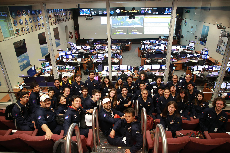 Foto grupal de los estudiantes de la sala de observacion del centro de control espacial de la NASA