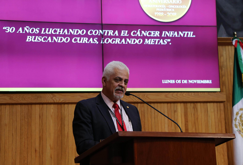 Jefe del Servicio de Hematología-Oncología Pediátrica del Nuevo HCG, doctor Fernando Sánchez Zubieta, haciendop uso de la palabra durante la ceremonia