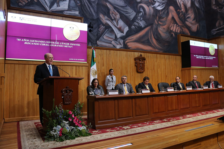 Rector de la Universidad de Guadalajara (UdeG), doctor Miguel Ángel Navarro Navarro, haciendo uso de la palabra