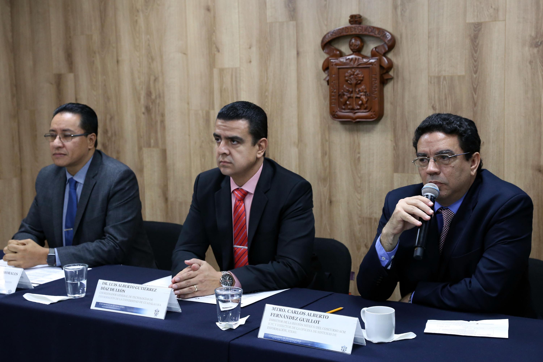 Director de la Región México del Concurso ICPC y Director de la Oficina de Sistemas de Información, del ITESO, maestro Carlos Alberto Fernández Guillot, participando en la rueda de prensa