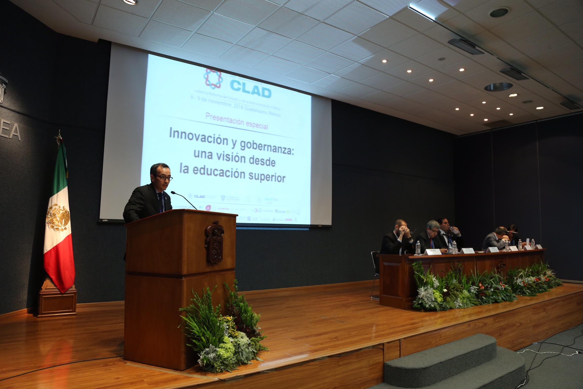 """Sesión """"Innovación y gobernanza: una visión desde la educación superior"""", en el CUCEA, como parte del vigésimo tercer Congreso Internacional del Centro Latinoamericano de Administración para el Desarrollo (CLAD)."""