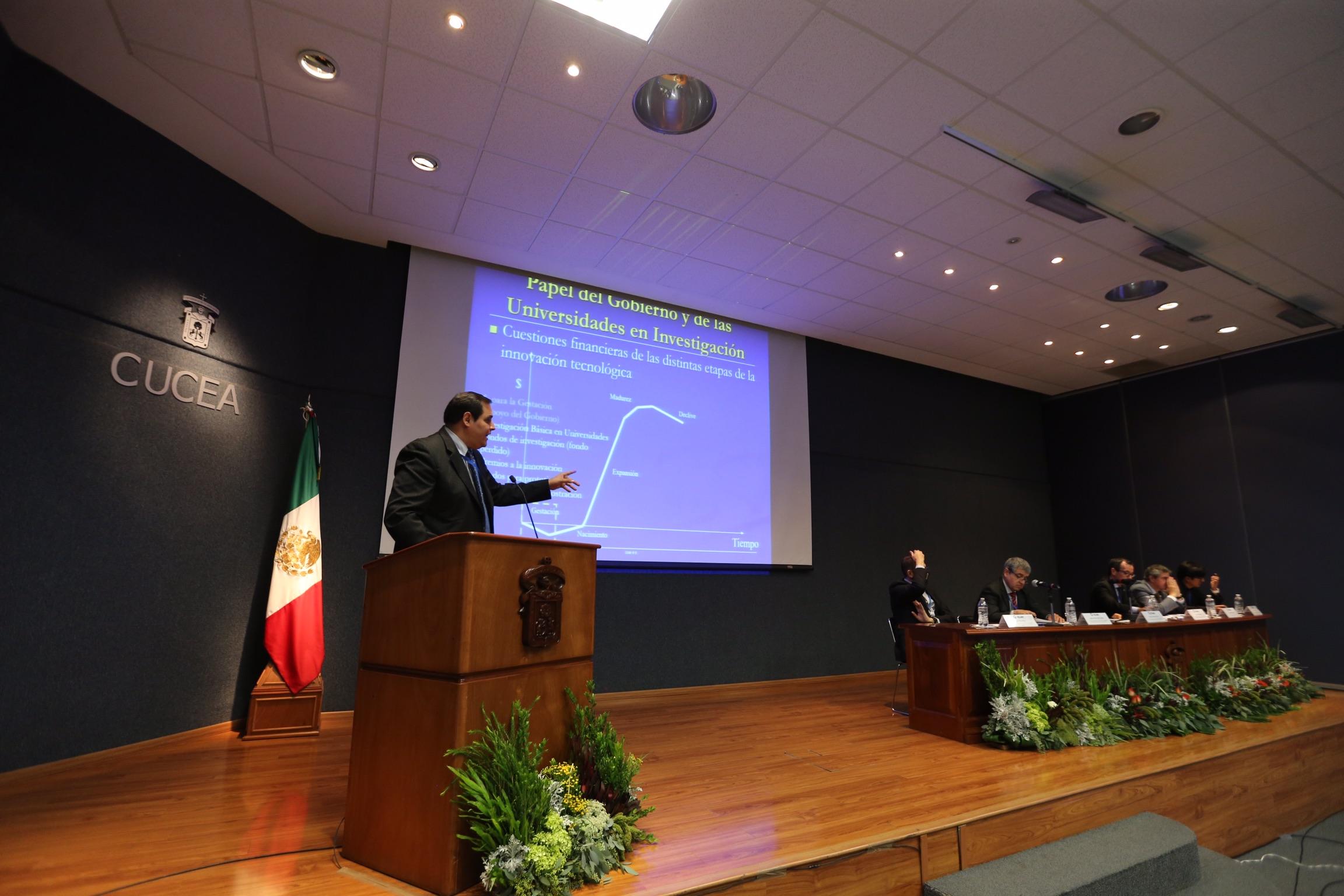 Director del Programa en Salud y Tecnología Sustentable del Harvard T.H. Chan School of Public Health, en Estados Unidos, Ramón Sánchez Piña, hablando frente al micrófono