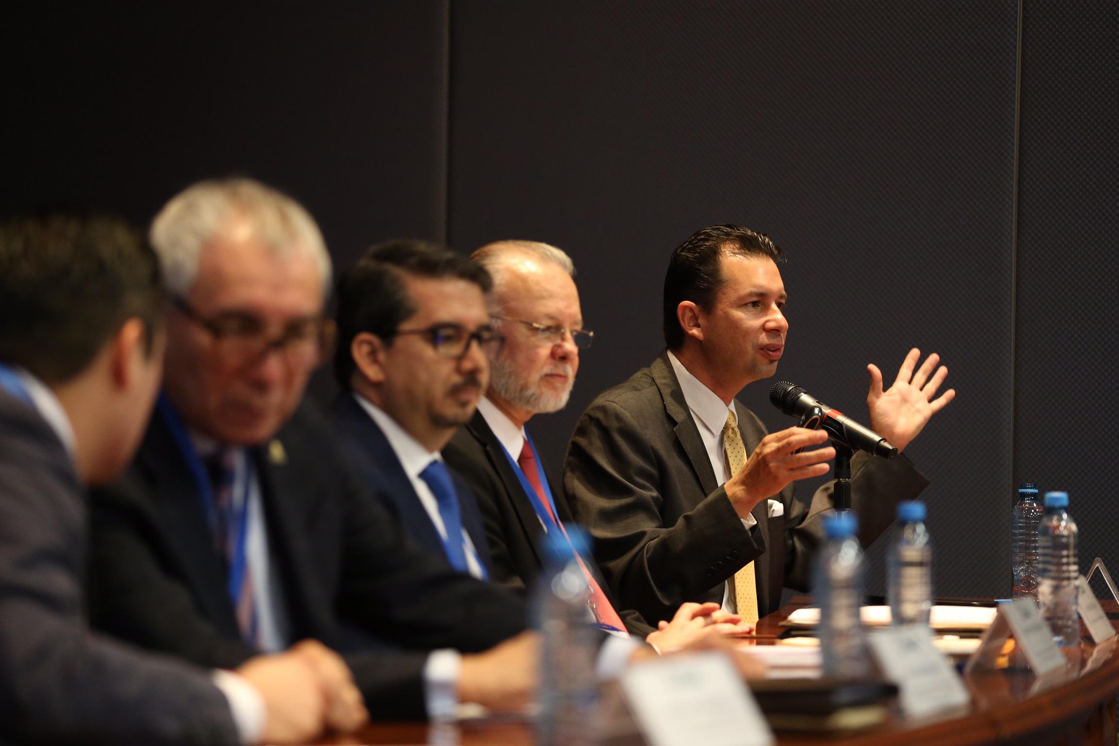 Doctor Víctor Manuel Larios Rosillo, Director del Centro de Innovación de Ciudades Inteligentes del CUCEA y miembro panelista, haciendo uso de la palabra.