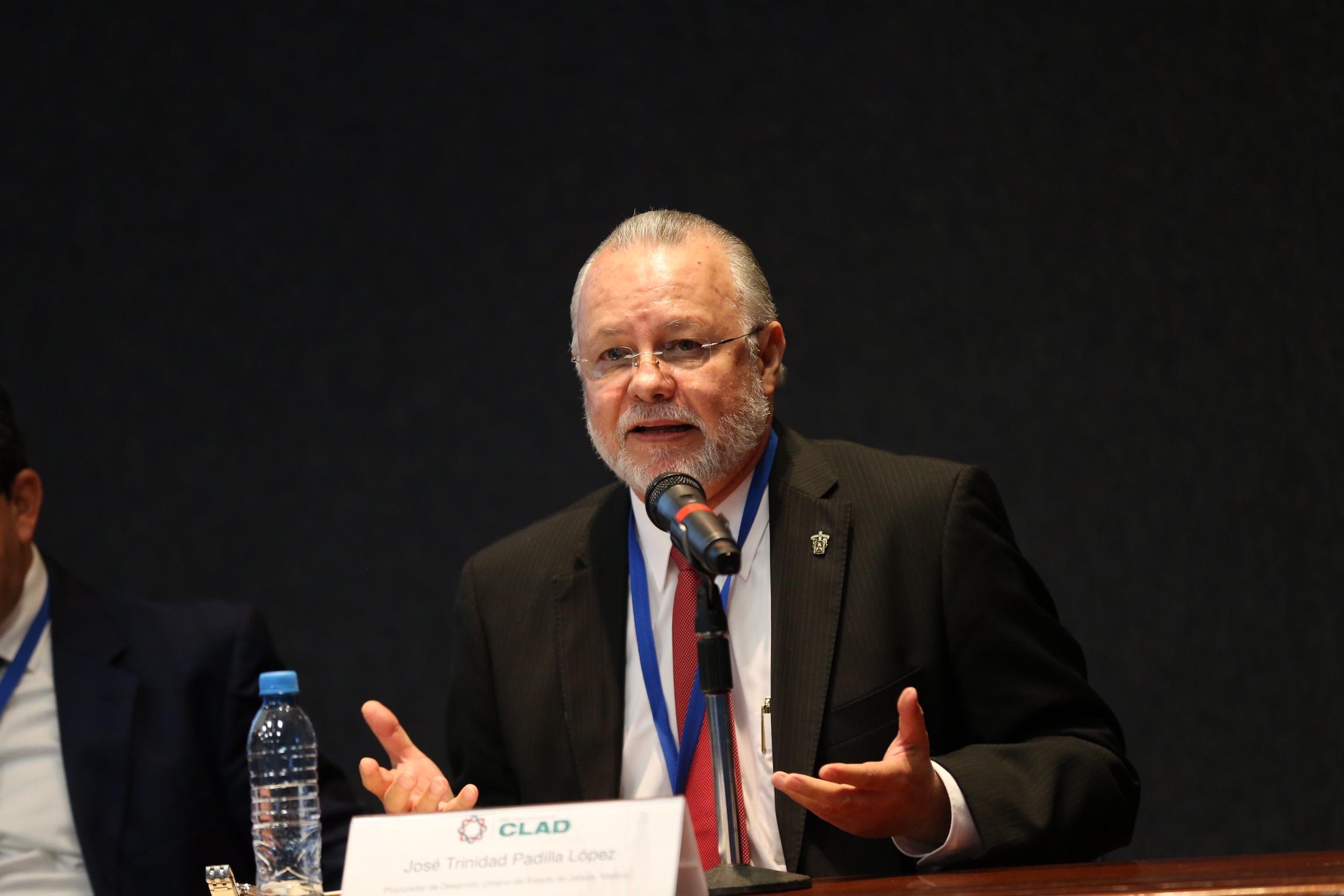 Mtro. José Trinidad Padilla López, ex-Rector General de la UdeG y Procurador de Desarrollo Urbano; haciendo uso de la palabra.