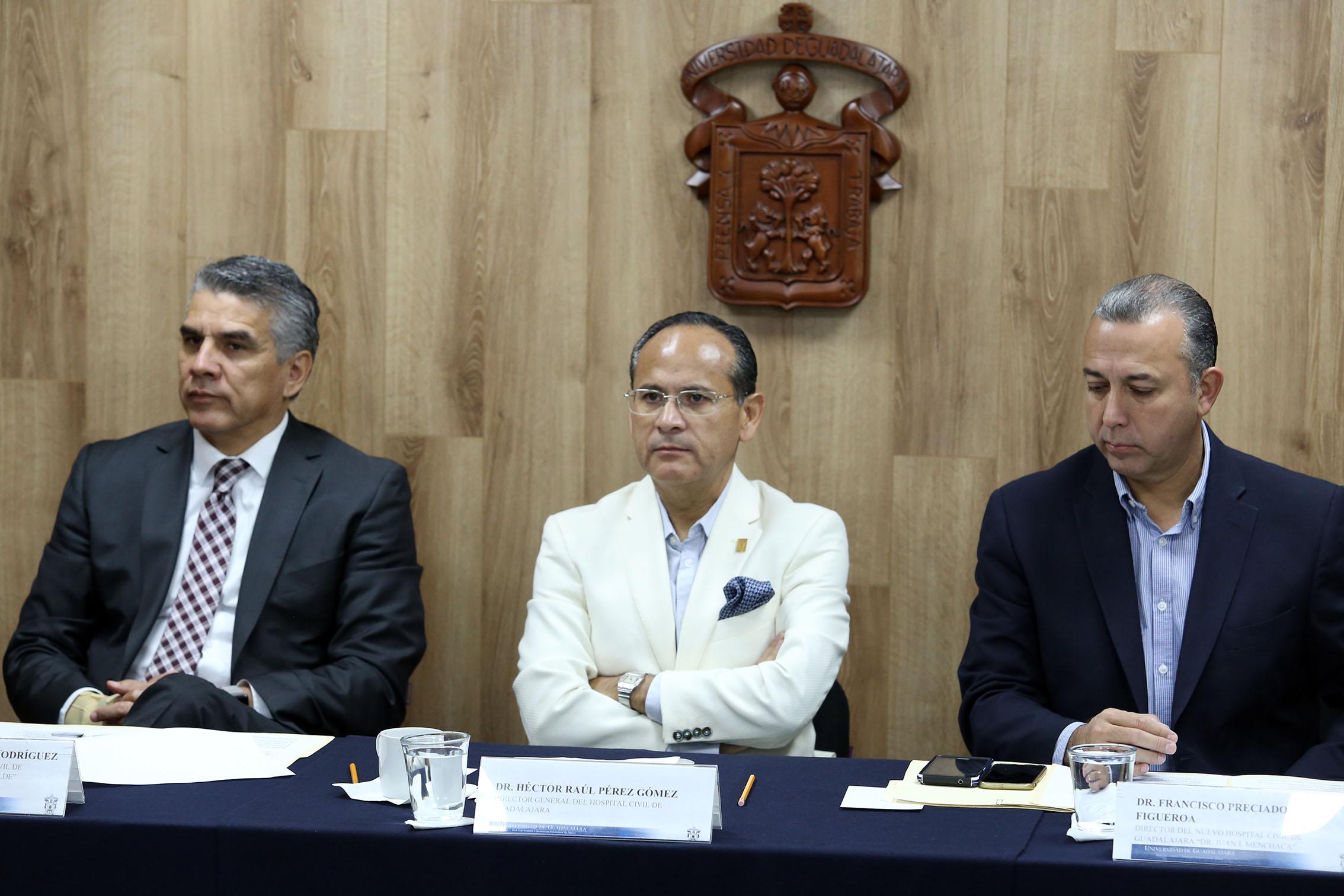 Tres autoridades del hospital civil de guadalajara en la mesa de presidium
