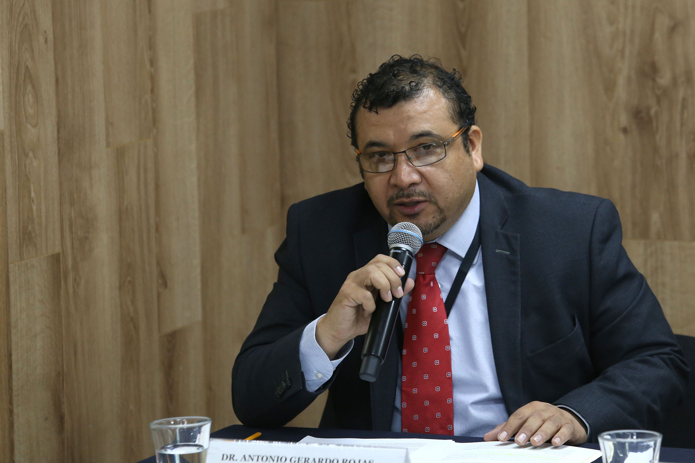 El doctor Antonio Gerardo Rojas Sánchez hablando durante la rueda de prensa