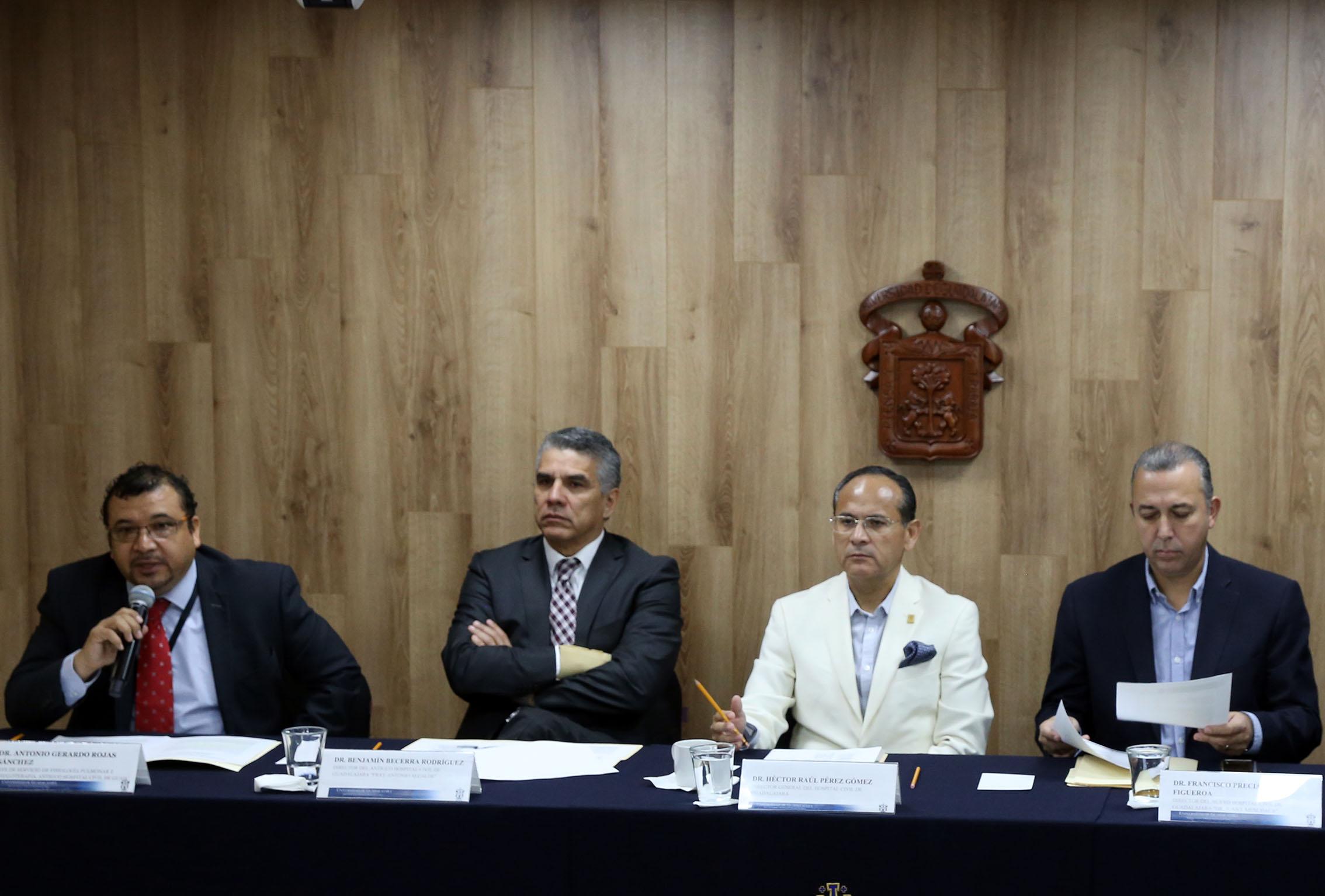 Los cuatro presentadores de la rueda de prensa sentados en la mesa