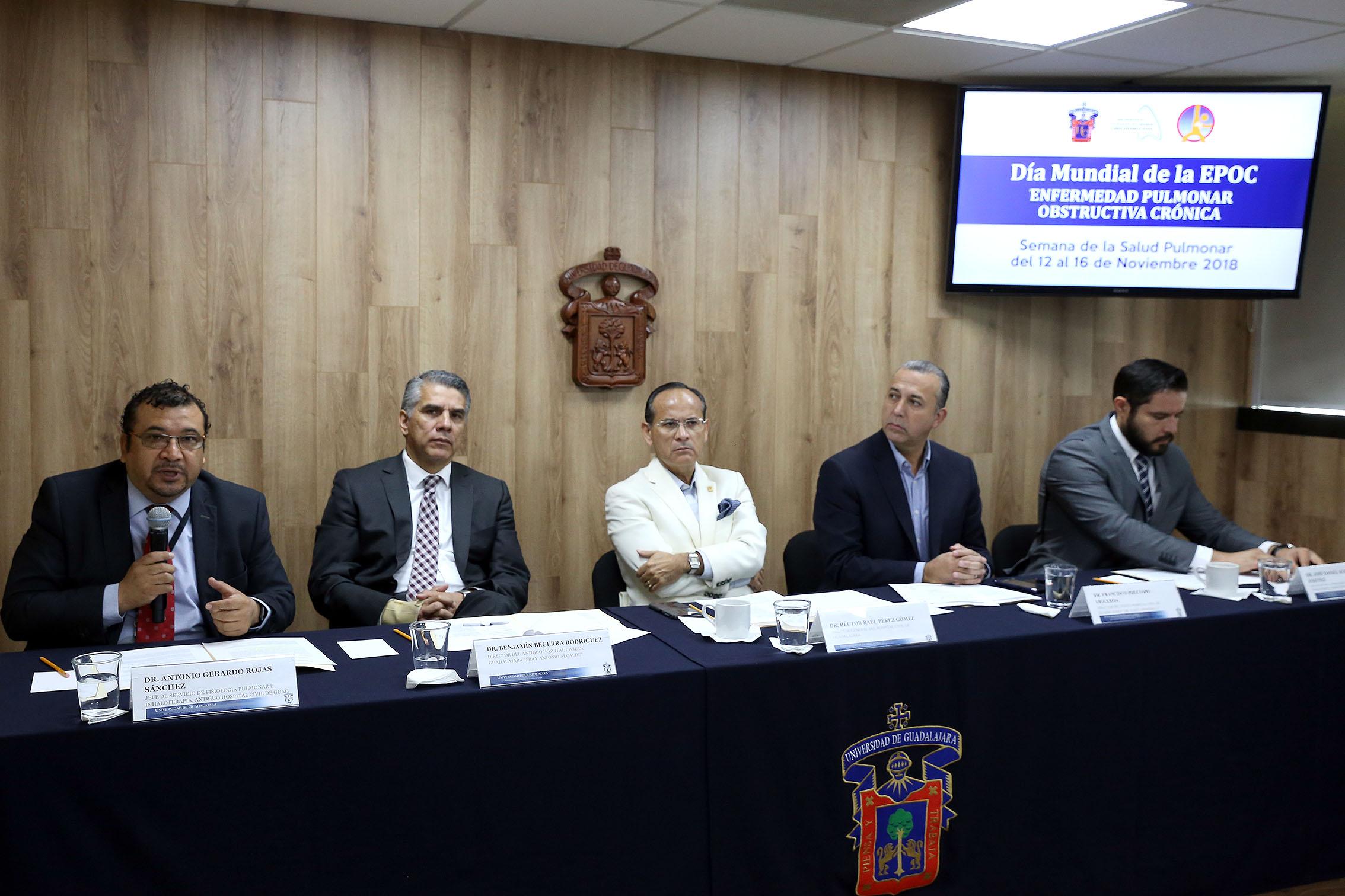 Cinco medicos del Hospital Civil de Guadalajara sentados en la mesa de presidium