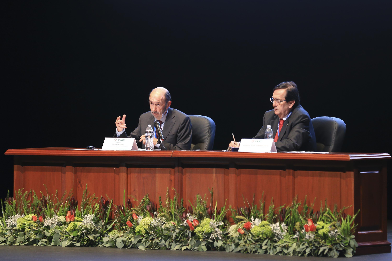 El doctor Alfredo Perez Ruvalcaba  expresando sus opiniones al publico asistente