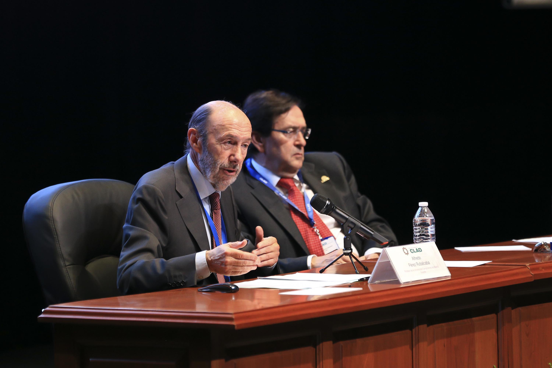 El doctor Alfredo Pérez Ruvalcaba dicto su conferencia desde la mesa de presidium acompañado de un moderador
