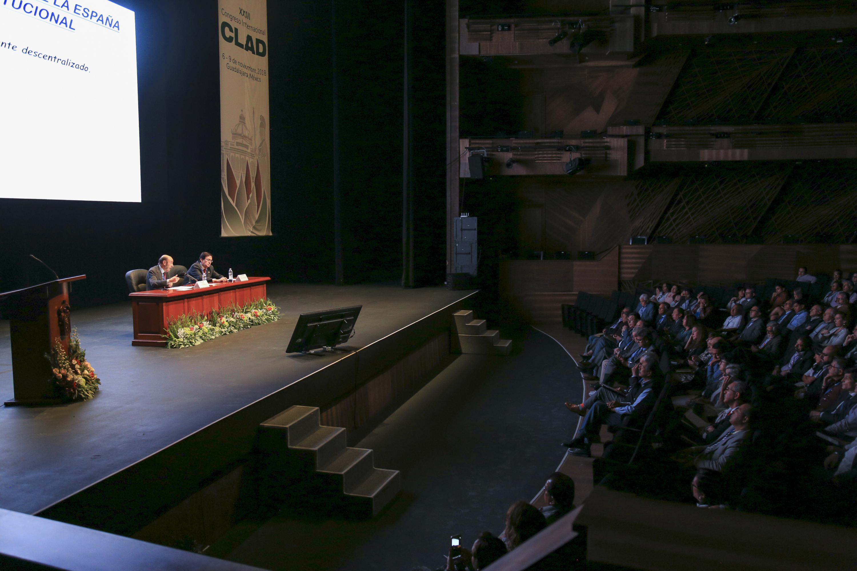 Vista panoramica lateral de la Sala Placido Domingo durante la conferencia