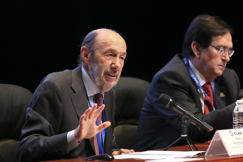 El doctor Alfredo Perez respondiendo las dudas del publico