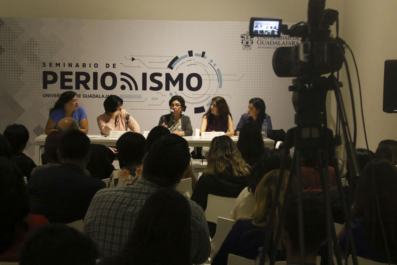 la periodista de Notisistema Mireya Blanco estuvo presente en la mesa de presentacion con otras cuatro periodistas