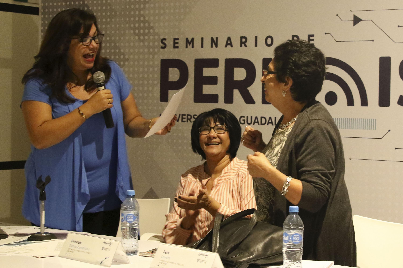 Esperanza Romero entrega un reconocimiento a la periodista Sara Lovera