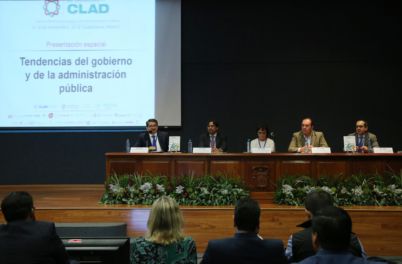 Maestro José Alberto Castellanos Gutiérrez, Rector del CUCEA y uno de los coordinadores de la publicación; haciendo uso de la palabra, durante evento.