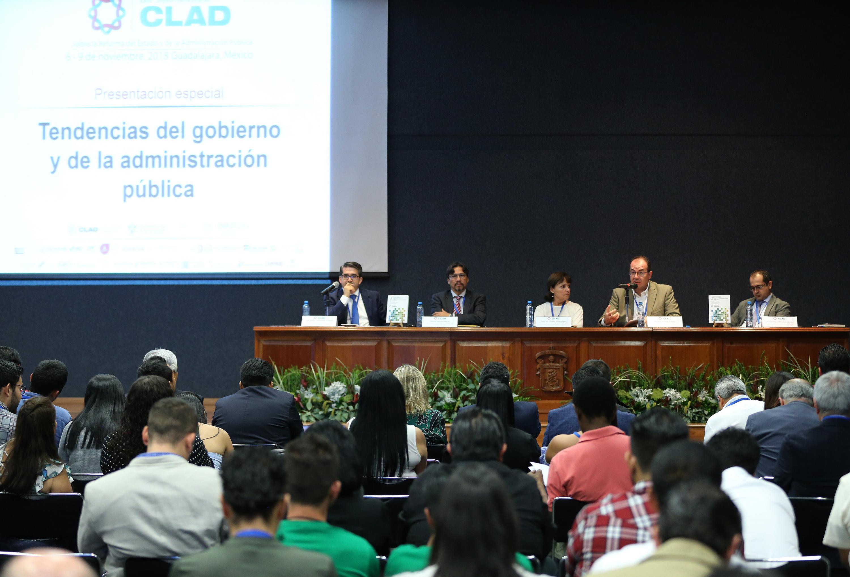 Doctor Roberto Arias de la Mora, Secretario General del Colegio de Jalisco y egresado de esta Casa de Estudio; haciendo uso de la palabra.
