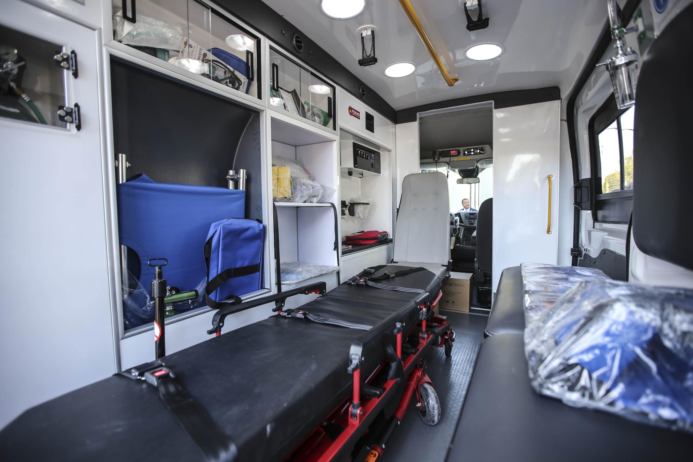 Interior de la ambulancia entregada a la Cruz Roja