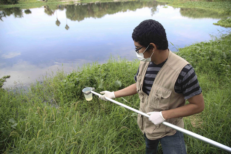 Investigador recabando muestras de agua del Río Santiago, con el apoyo de un brazo muestreador.