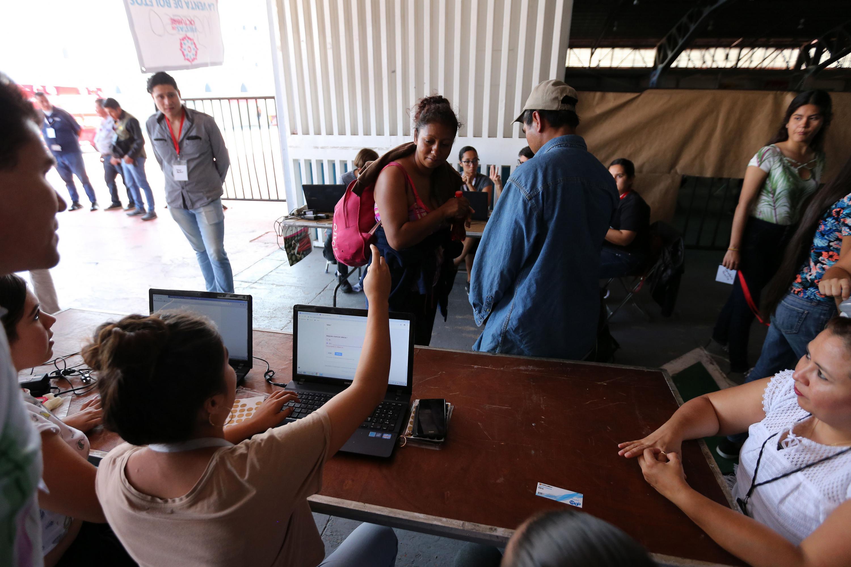 Voluntarios brindando soporte a la caravana de migrantes.
