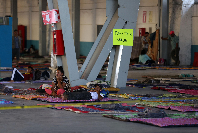 Mujer integrante de la caravana de migrantes, utilizando el área de dormitorios.