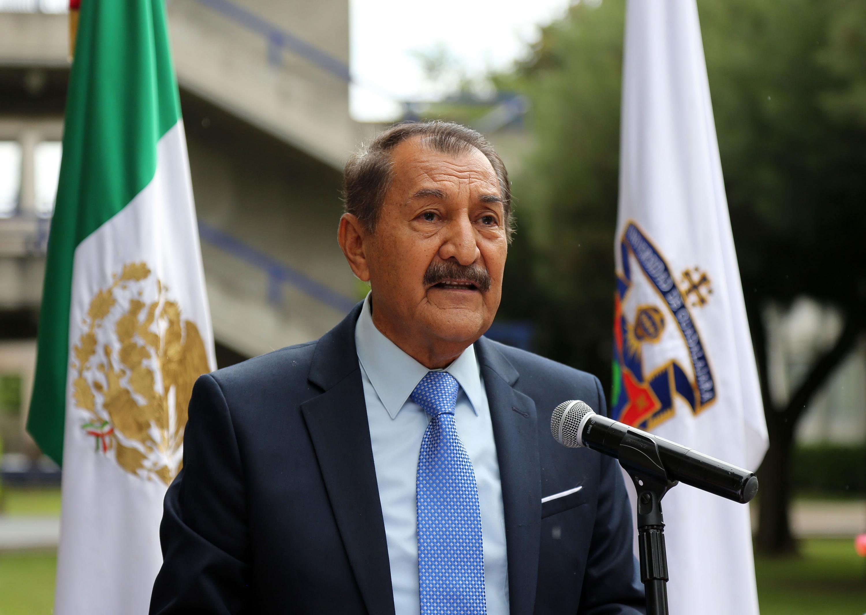 El Dr. J. Jesús Arroyo Alejandre hablando desde el podium
