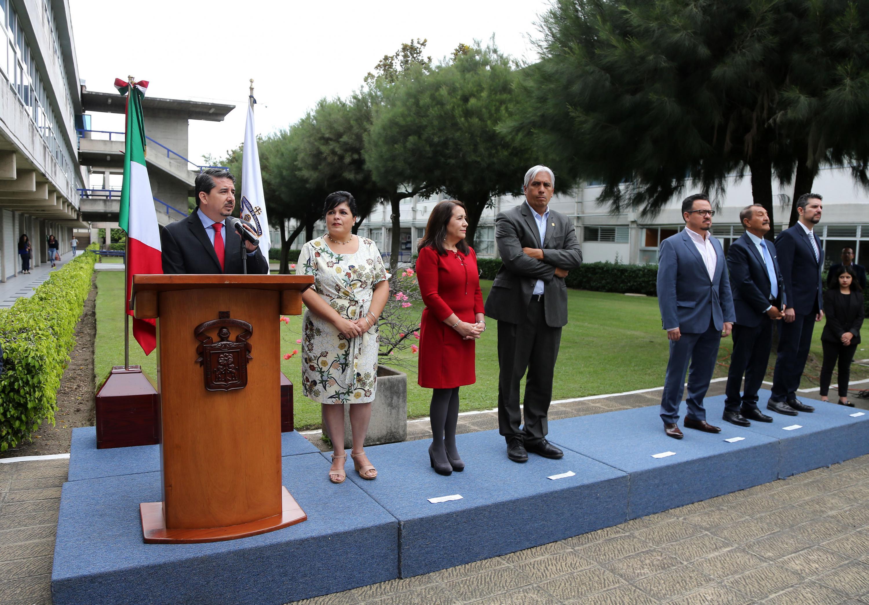 El acto oficial de inauguracion se realizó en un jardin del CUCEA, afuera del centro