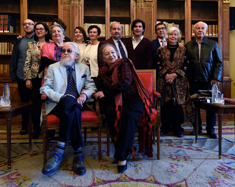 Fernando del Paso  junto con amigos y familiares en una fotografía grupal