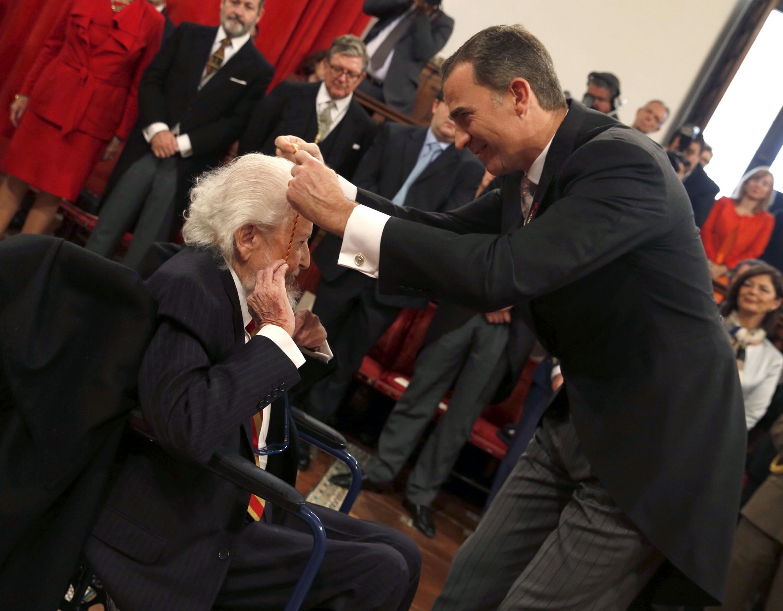 Felipe VI de España coloca la medalla Cervantes a Fernando del Paso