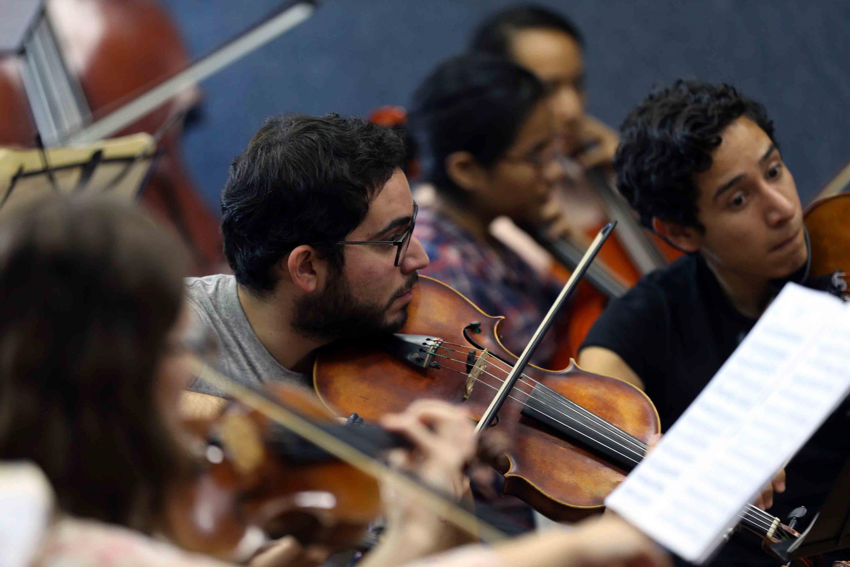Varios alumnos de la seccion de violines de la Orquesta Sinfónica de la UdeG