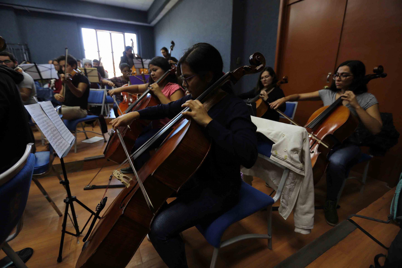 Cuatro violoncelistas de Orquesta Sinfónica de la UdeG durante el ensayo