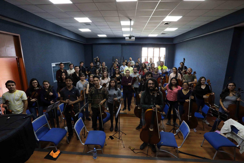 Todos los integrantes de la Orquesta se pusieron de pie en su lugar para una foto grupal