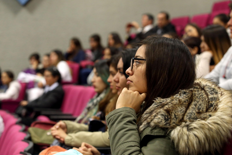 Jovenes estudiantes de psicología estuvieron presentes en la conferencia