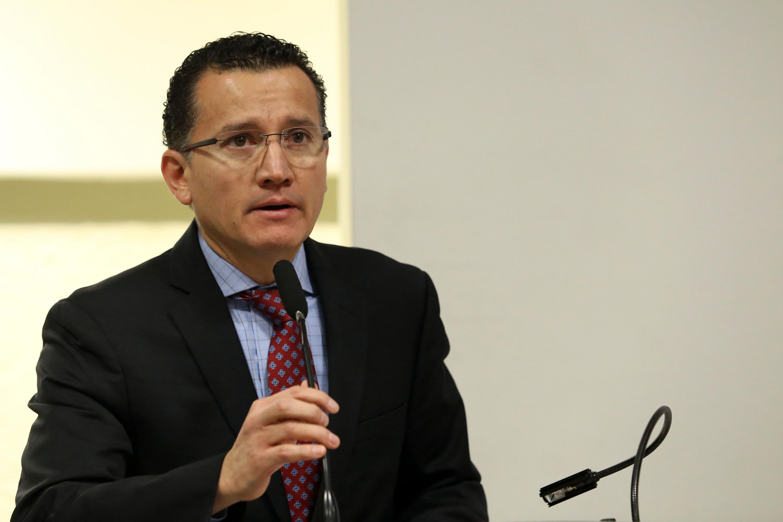 El doctor Eduardo Gómez Sánchez es El Director de la División de Disciplinas Básicas para la Salud del CUCS al microfono