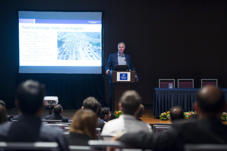 Profesor de la Universidad Brigham Young, de Estados Unidos de América (EUA), Michael Rice, al dictar su conferencia magistral como parte de las actividades de la Conferencia Latinoamericana de Comunicaciones, del Instituto de Ingeniería Eléctrica y Electrónica (IEEE)