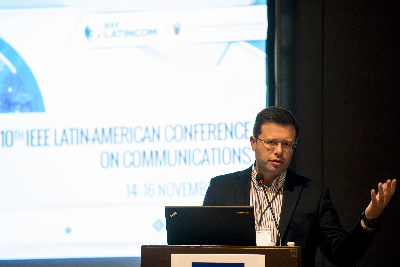 Ponente haciendo uso de la palabra durante la conferencia magistral