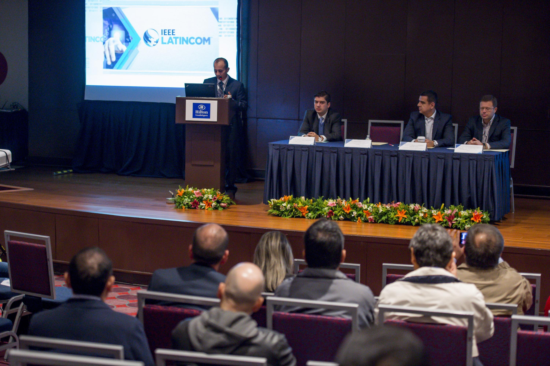 Ponente hablando frente al micrófono durante la conferencia magistral