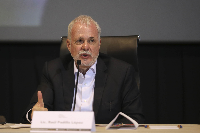 El Presidente de la Fundación UdeG, licenciado Raúl Padilla López hablando durante la presentacion de la beca