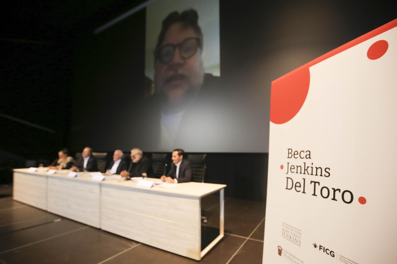 Vista del presidium mientras Guillermo del Toro habla en videoconferencia