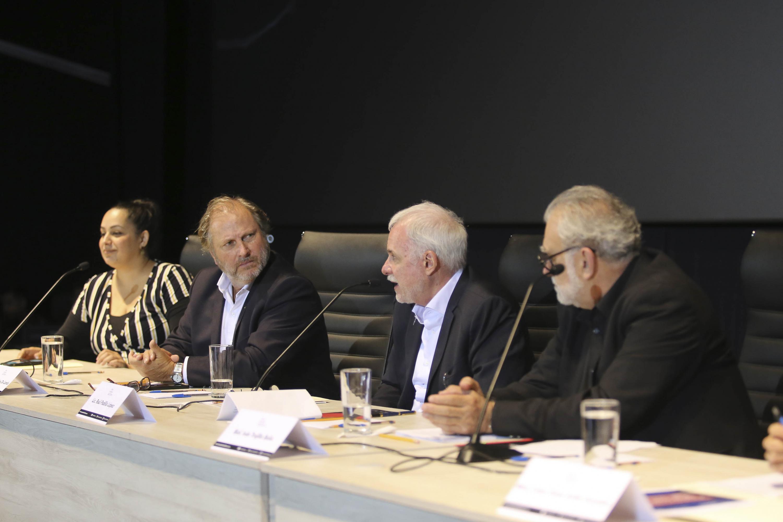 Los miembros del presidium hablando entre si durante el evento