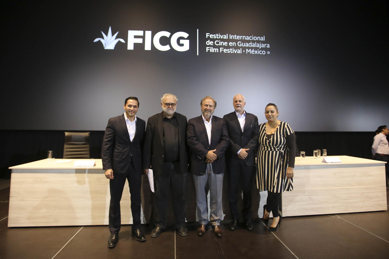 Fotografía grupal con la presencia de los cinco miembros del presidium