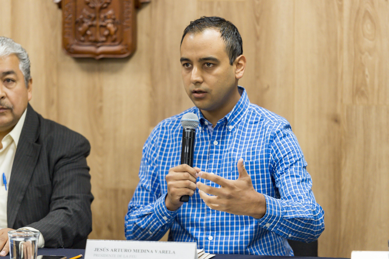 Jesús Medina Varela hablando al microfono con la prensa