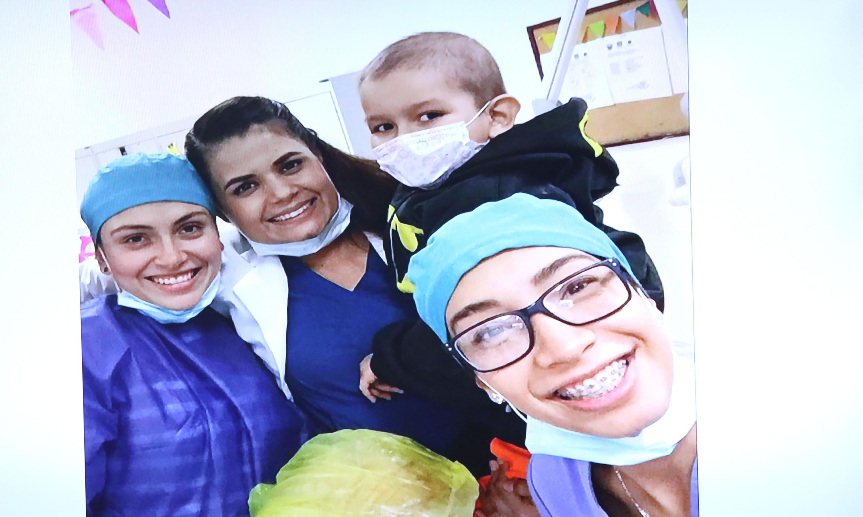 Equipo de odontologos se tomaron una autofoto con uno de sus pacientes