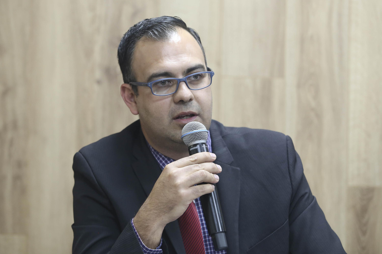 Coordinador del Doctorado en Agua y Energía del plantel, doctor Carlos Vega Gómez, hablando frente al micrófono