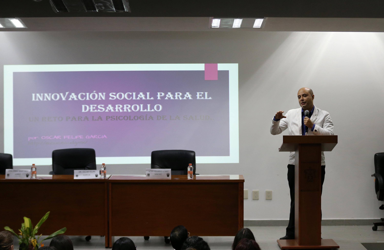 """Doctor Óscar Felipe García, Coordinador de Iniciativas de Innovación Social del CUCEA, impartiendo la conferencia """"Innovación para el desarrollo social: un reto para la psicología de la salud""""."""