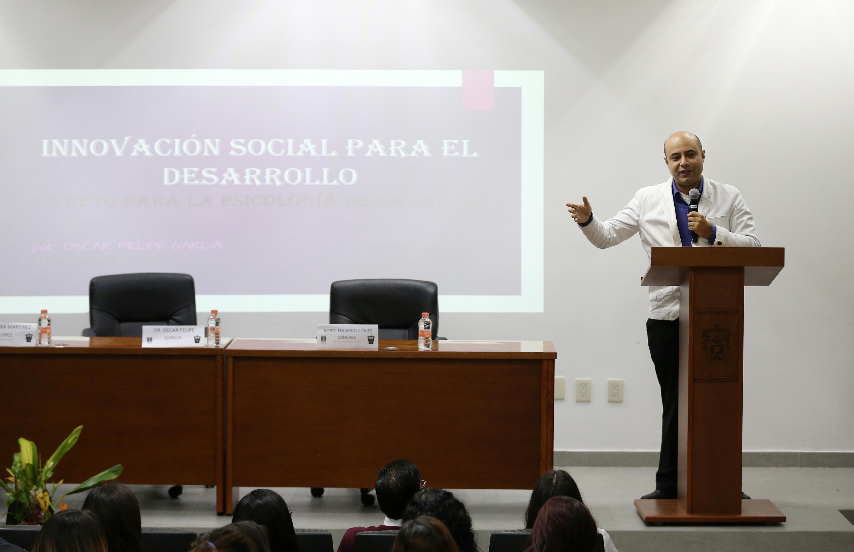 Doctor Óscar Felipe García, Coordinador de Iniciativas de Innovación Social del CUCEA; haciendo uso de la palabra.