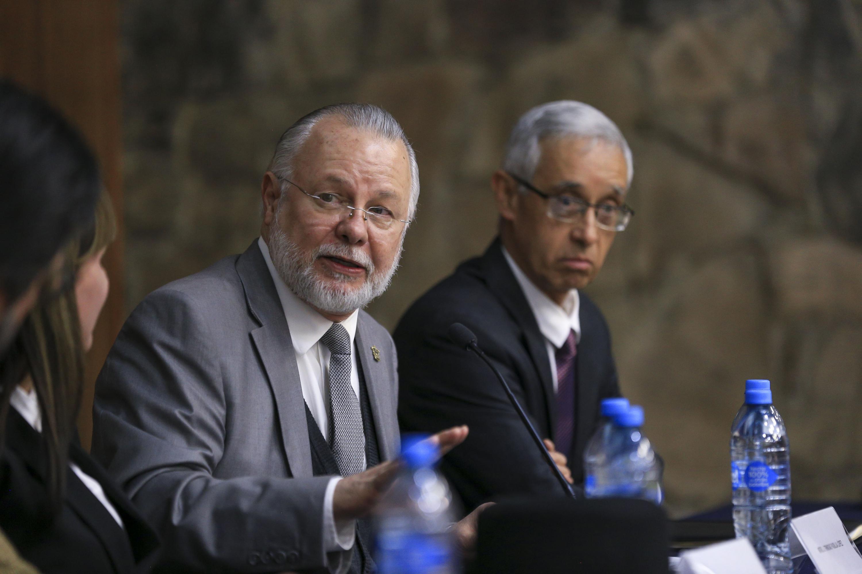 licenciado José Trinidad Padilla López hablando desde la mesa de presidium al publico