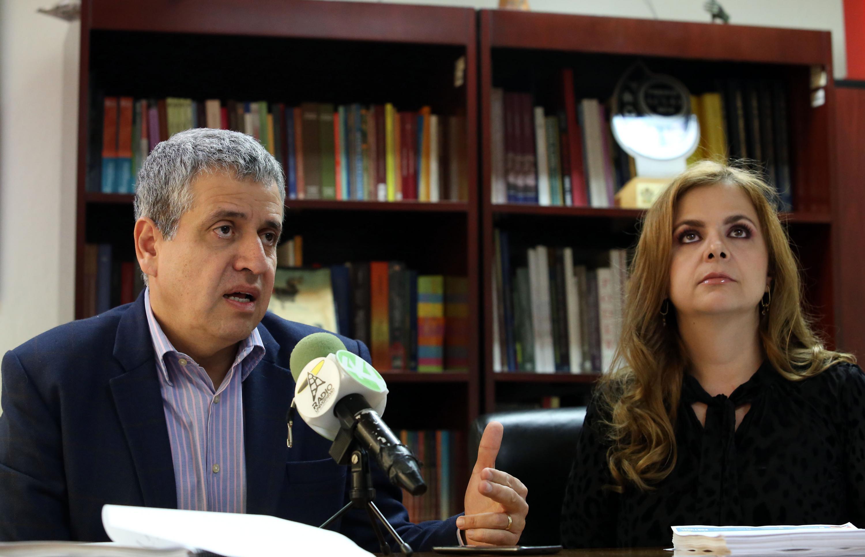 Rector del Centro Universitario de Ciencias Sociales y Humanidades (CUCSH), doctor Héctor Raúl Solís Gadea, hablando frente al micrófono