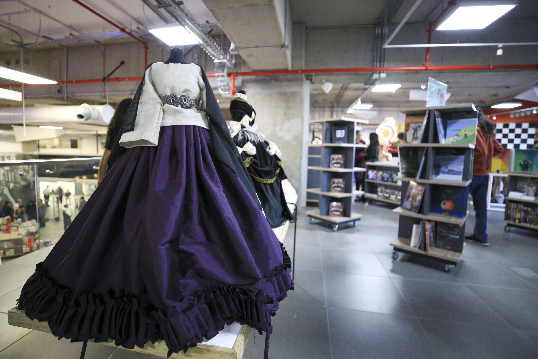 Uno de los vestidos de la exposición en  la Libreria Carlos Fuentes